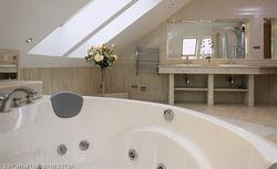 Łazienka na poddaszu. Gdzie umieścić wannę, umywalkę i prysznic? Jak ją oświetlić?