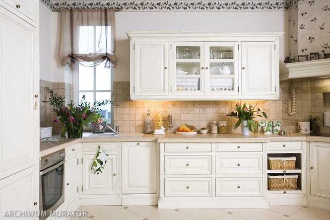 Kuchnia prowansalska Aranżacja kuchni, w której królują białe meble kuchenne   -> Kuchnia Rustykalna Kafelki