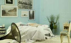 Subtelny wystrój sypialni - niebieskie ściany i dodatki. Galeria