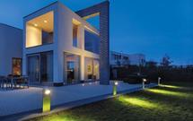 Oświetlenie domu i ogrodu. Zobacz, jak funkcjonalnie i z pomysłem można oświetlić posesję