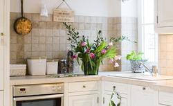 Kuchnia prowansalska - piękna aranżacja białej kuchni w tradycyjnym stylu