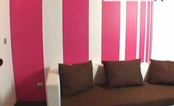 Kolorowe pasy na ścianie. Zobacz, jak dekoracyjnie pomalować ścianę