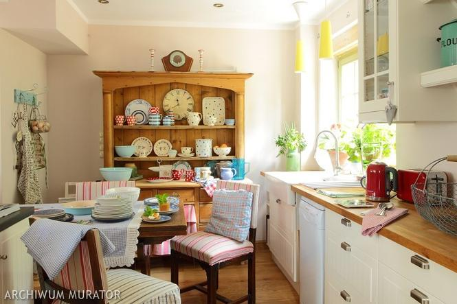 Otwarte półki kuchenne: otwarty kredens