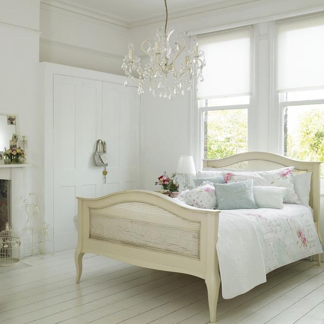 Aranżacja sypialni w stylu romantycznym: kryształy