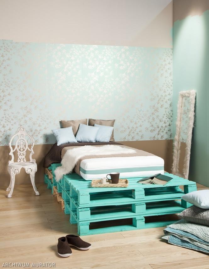 Meble z palet - łóżko z półkami