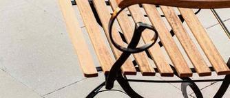Jak przeprowadzić aranżację nawierzchni tarasu w ogrodzie?