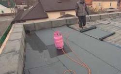 Przebudowa dachu w nietypowym stylu. Dach płaski zamiast dachu kopertowego