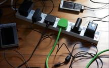 Jak ukryć kable w domu? Zobacz, jak sprytnie uporać się z plątaniną przewodów i kabli [WIDEO]