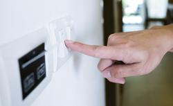 Osprzęt elektroinstalacyjny. Jakie łączniki i gniazda wybrać do kuchni, salonu i łazienki
