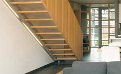 Pełna balustrada przy schodach wewnętrznych. Z czego ją wykonać?