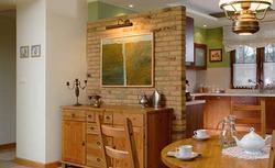 Ściana z cegły wewnątrz domu. Dekoracyjny mur z cegieł klinkierowych lub cegieł licowych