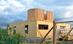 Energooszczędny dom ekologiczny. Zbudowany z drewna i ogrzewany piecem