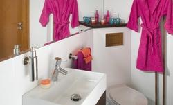 Jak urządzić małą łazienkę? Urządzenia narożne: umywalki, miski ustępowe, wanny i brodziki