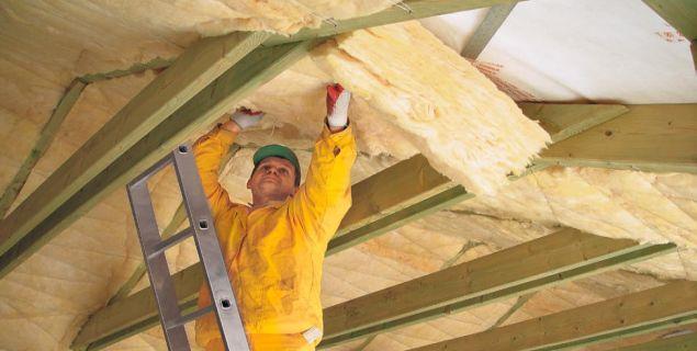 Izolacja dachu skośnego: układanie wełny mineralnej
