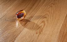 Materiały wykończeniowe na podłogę: lite drewno