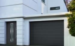 Wybieramy bramę do garażu; rozwieralna, uchylna, segmentowa czy rolowana?