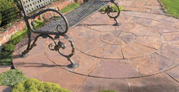 Zaprojektuj w ogrodzie placyk z nawierzchnią o kamiennym wyglądzie